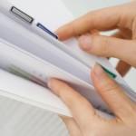 ファイルに綴じられた、休業の必要性を証明する医師の診断書や意見書のイメージ画像