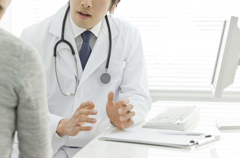 被害者に説明する医師のイメージ画像