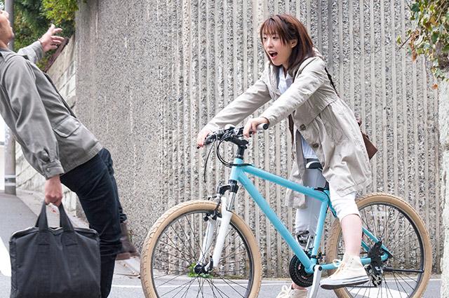 通勤途中で事故を起こしてしまう女性のイメージ画像