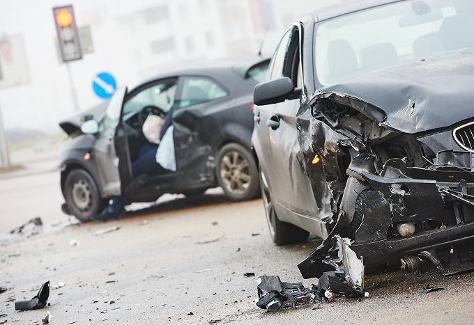 交通事故における車と車がぶつかった直後の画像