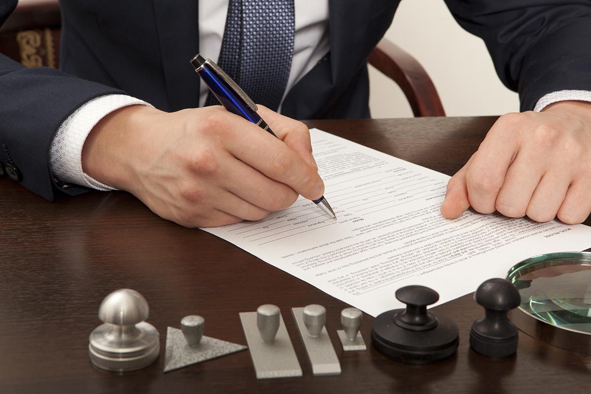 公正証書にサインする被害者のイメージ画像