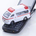 携帯から連絡を受けて現場に向かう救急車のイメージ画像
