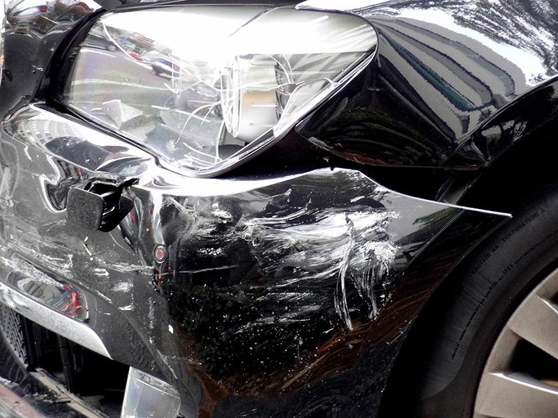 交通事故で壊れた車のイメージ画像
