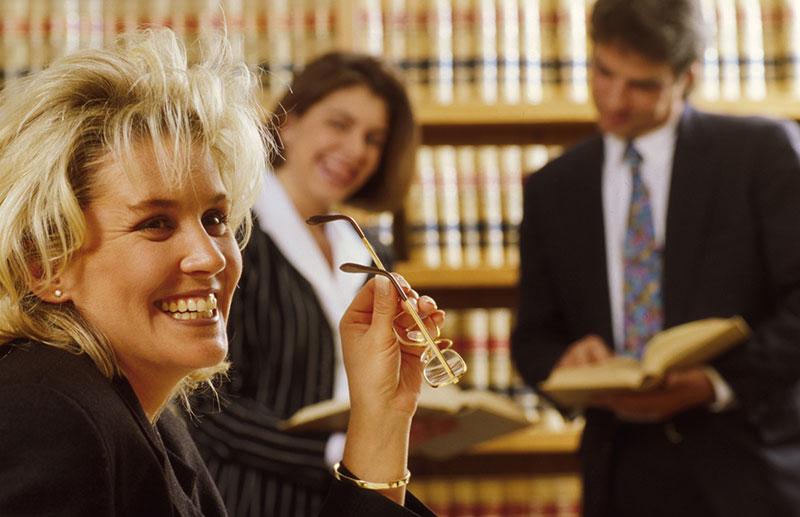依頼されて笑みを浮かべる弁護士のイメージ画像