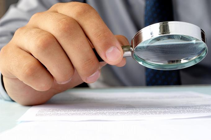 交通事故後加入している保険の内容を確認している被害者の写真