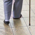 杖を突いて歩く高齢者のイメージ写真
