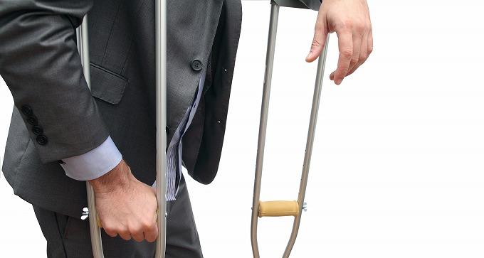 交通事故後怪我で松葉づえをついている被害者の写真