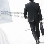 通勤途中のサラリーマンの画像