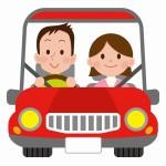 自動車を運転する家族のイメージ画像