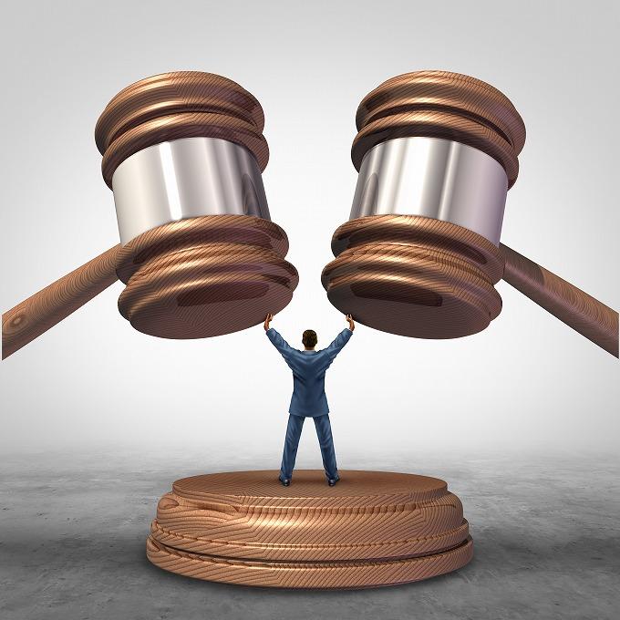 ガベルをたたく裁判官に待ったをかける人のイメージ画像