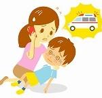 交通事故の被害者を救急車に通報する目撃者のイメージ画像