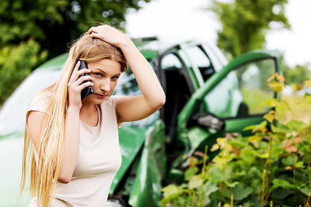 事故後警察に電話するドライバーのイメージ画像