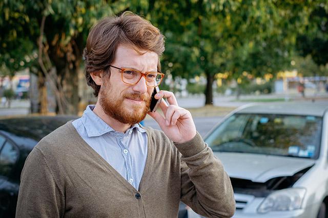 交通事故に遭って電話をかける男性被害者のイメージ画像