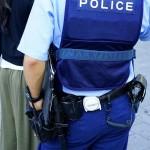 実況見分に立ち会う警察官の写真