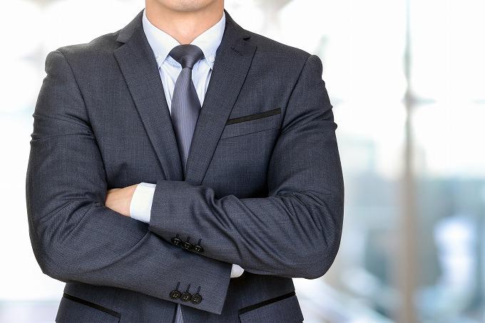 腕を組んでいる検察官のイメージ写真