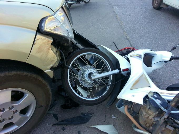 車と正面衝突して交通事故に遭い、転倒した原付バイクの写真