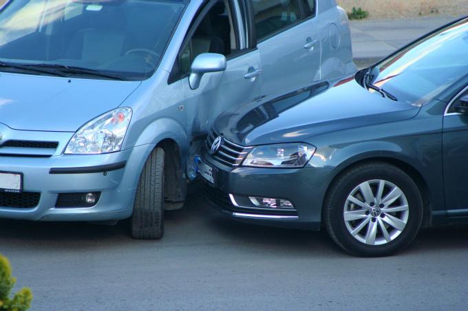 車の側面にぶつかった車の事故のイメージ写真
