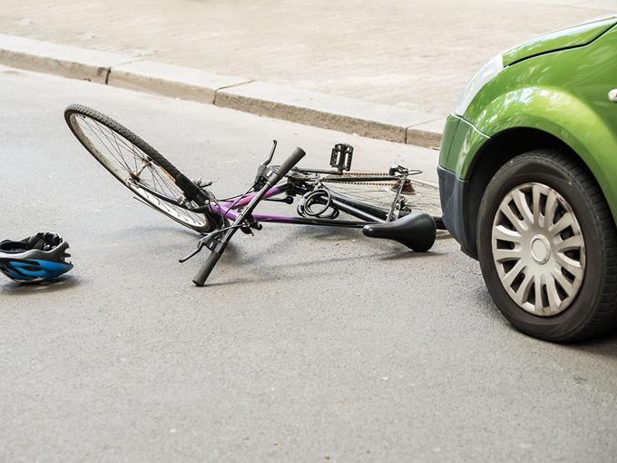 事故直後で転倒している自転車と車のイメージ写真