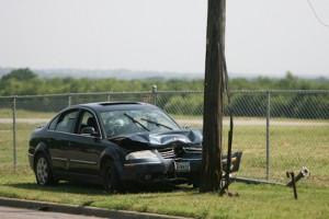 電柱に衝突した車のイメージ画像