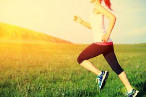 治療後、元気になって走る人のイメージ写真