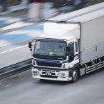 高速道路を走行する大型トラックの写真