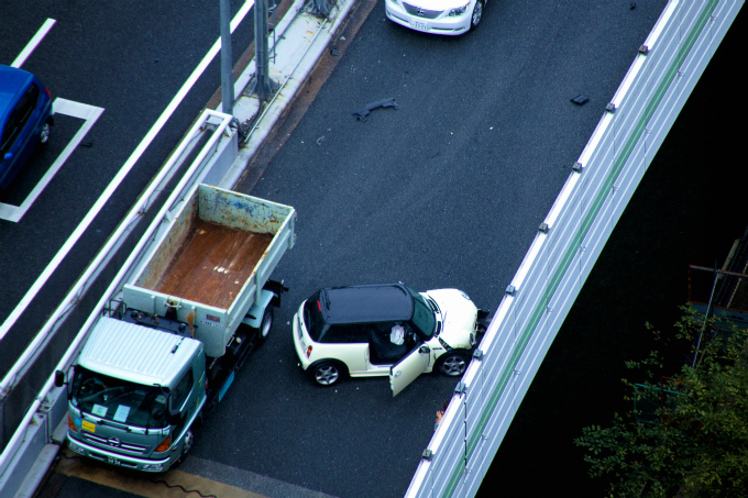 高速道路の交通事故の写真
