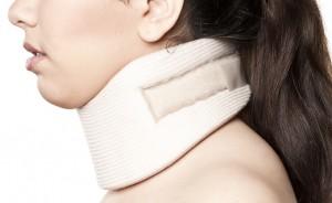 むち打ちと認定されて頸部を固定された患者の画像