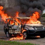 交通事故により炎上する車のイメージ画像