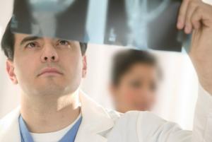 交通事故のむち打ちをレントゲンを使って調べる医師の写真
