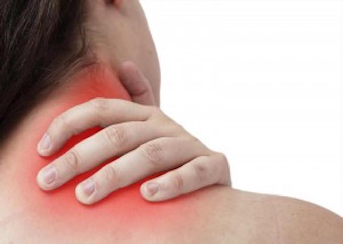 交通事故後の頸部のむち打ちに苦しむ被害者の写真