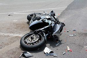 交通事故で横に転倒したバイクの画像