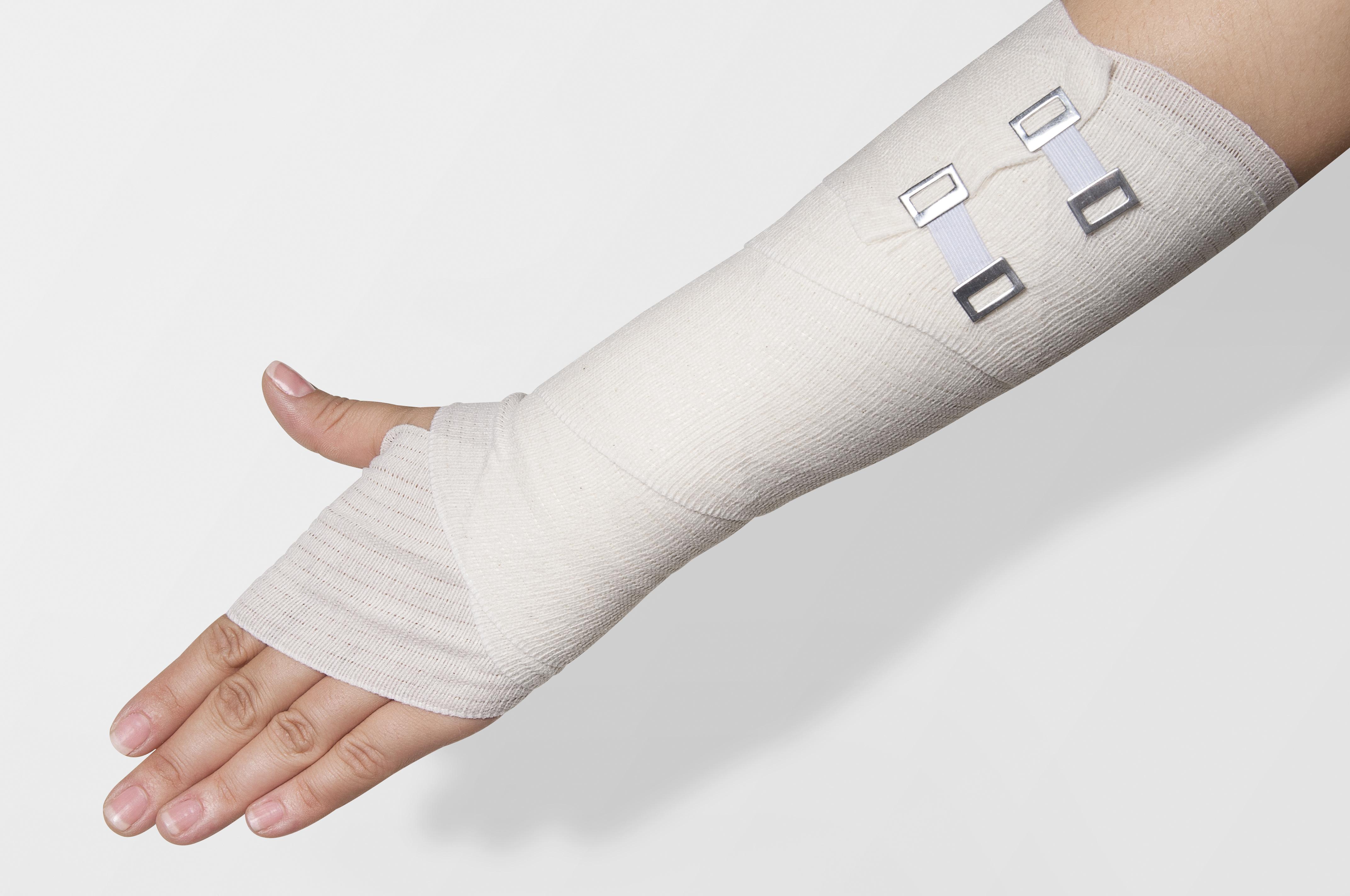 交通事故後の腕に障害が残った被害者のイメージ写真