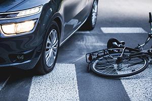 交通事故で車とぶつかって転倒した自転車の画像