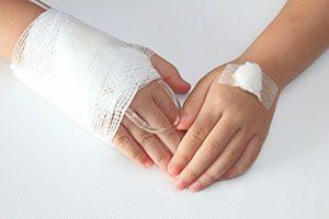 交通事故の後、手に後遺症が残った人のイメージ画像