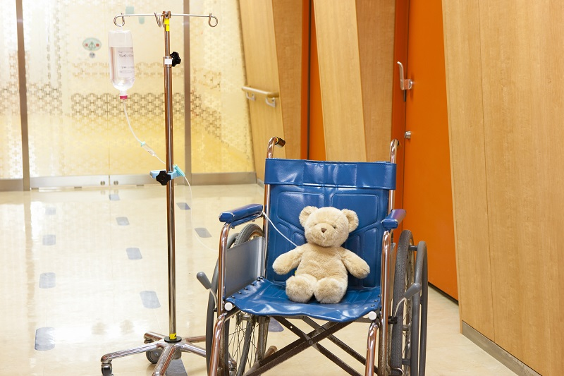 交通事故の子供が入院しているイメージ画像