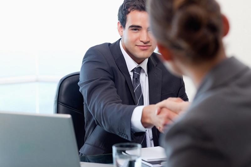 被害者と契約を結ぶ弁護士のイメージ画像