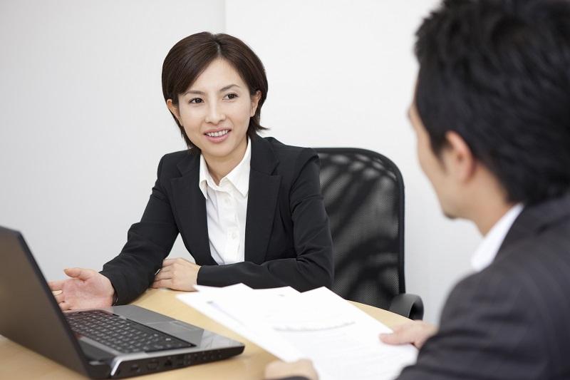 依頼者と打ち合わせをする弁護士のイメージ画像