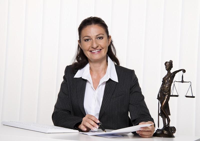 被害者の話を親身に聞く弁護士のイメージ画像