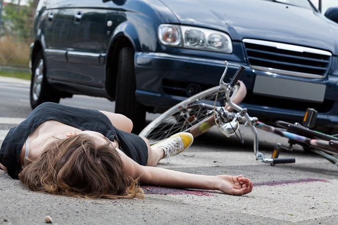 交通事故で車とぶつかって倒れた被害者のイメージ写真