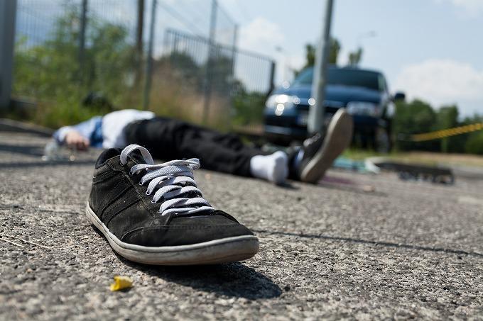車に跳ね飛ばされてあおむけに倒れる被害者のイメージ画像