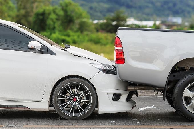 追突事故直後の車の写真