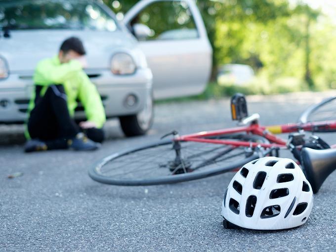 交通事故直後、倒れている被害者と自転車のイメージ写真
