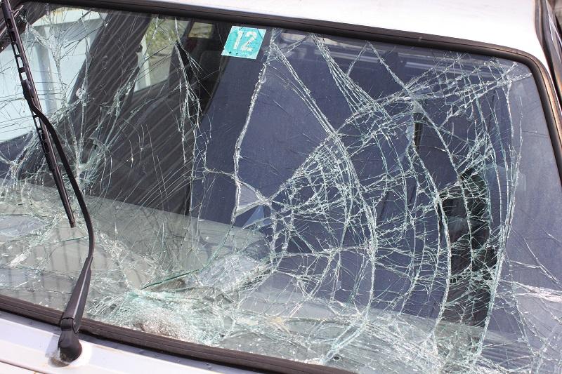 加害者の車の壊れたフロントガラスのイメージ画像