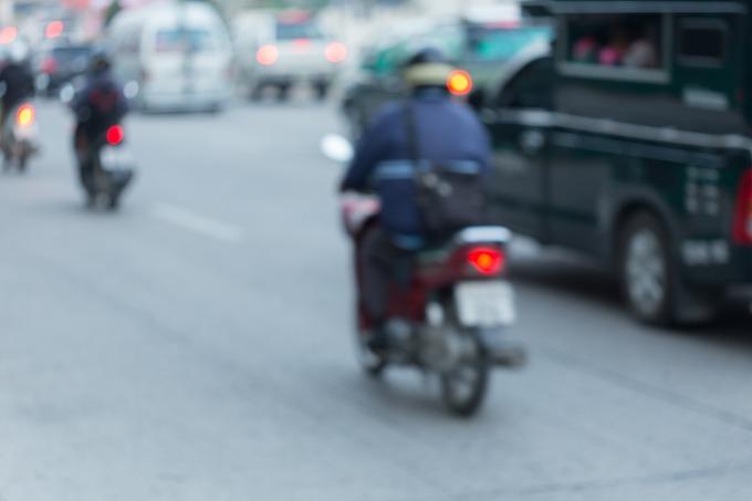 道路で止まっているバイクの運転手の写真
