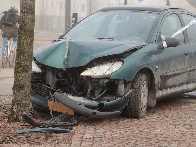 街路樹にぶつかった車のイメージ写真