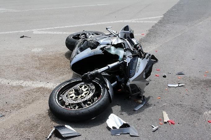 交通事故直後、壊れて横に倒れている大型バイクの写真