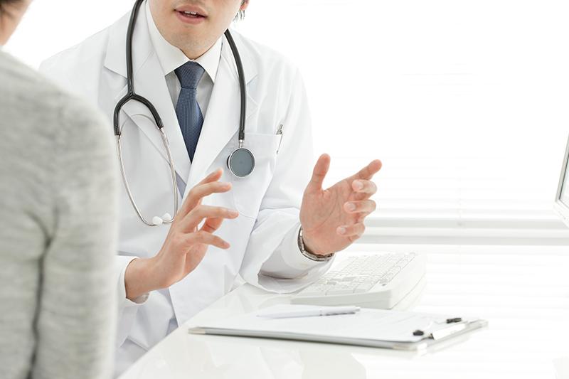 被害者に症状固定の説明をしている医者のイメージ画像
