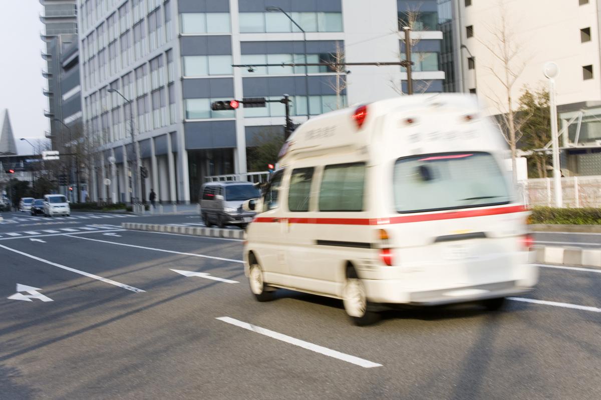 交通事故の現場に向かう救急車のイメージ画像
