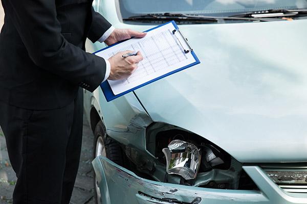 交通事故直後の車の状態を調べる保険会社のイメージ画像