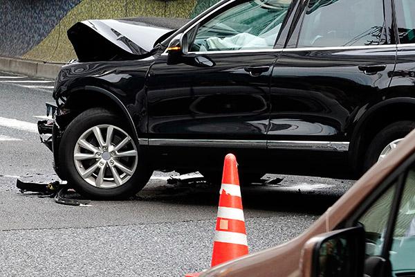 事故直後でフロントが壊れた車の写真
